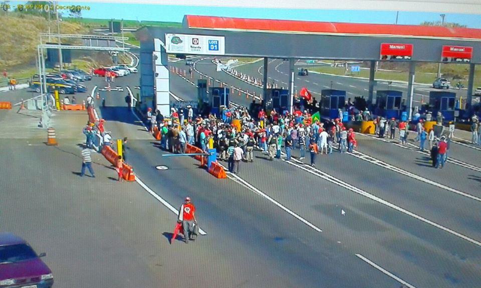 PRF registra manifestações do MST e outros movimentos sociais em onze praças de pedágio no Paraná