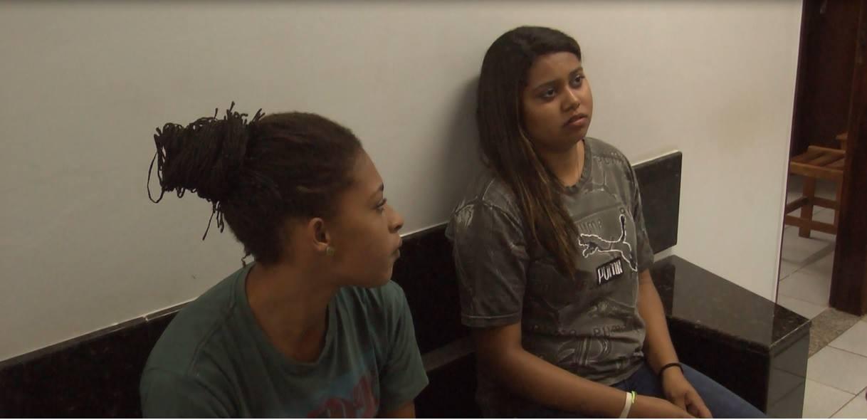 Duas mulheres tentaram entrar na cadeia de Cambé com celulares escondidos no Chinelo