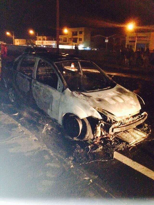 Veículo pega fogo no Jardim Novo Bandeirantes em Cambé