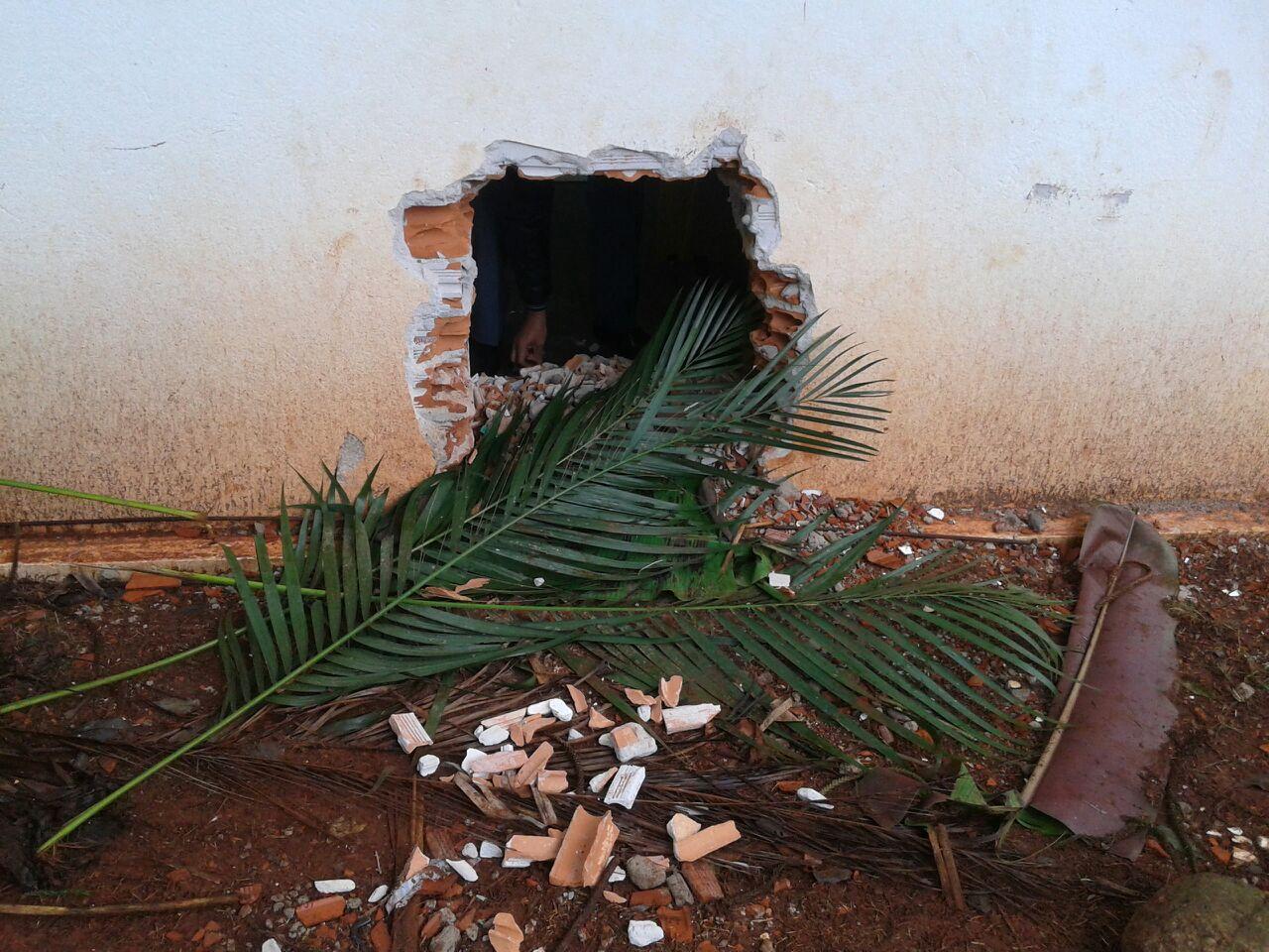Bandidos fazem buraco na parede e roubam cofre do Banco Itaú em Cambé