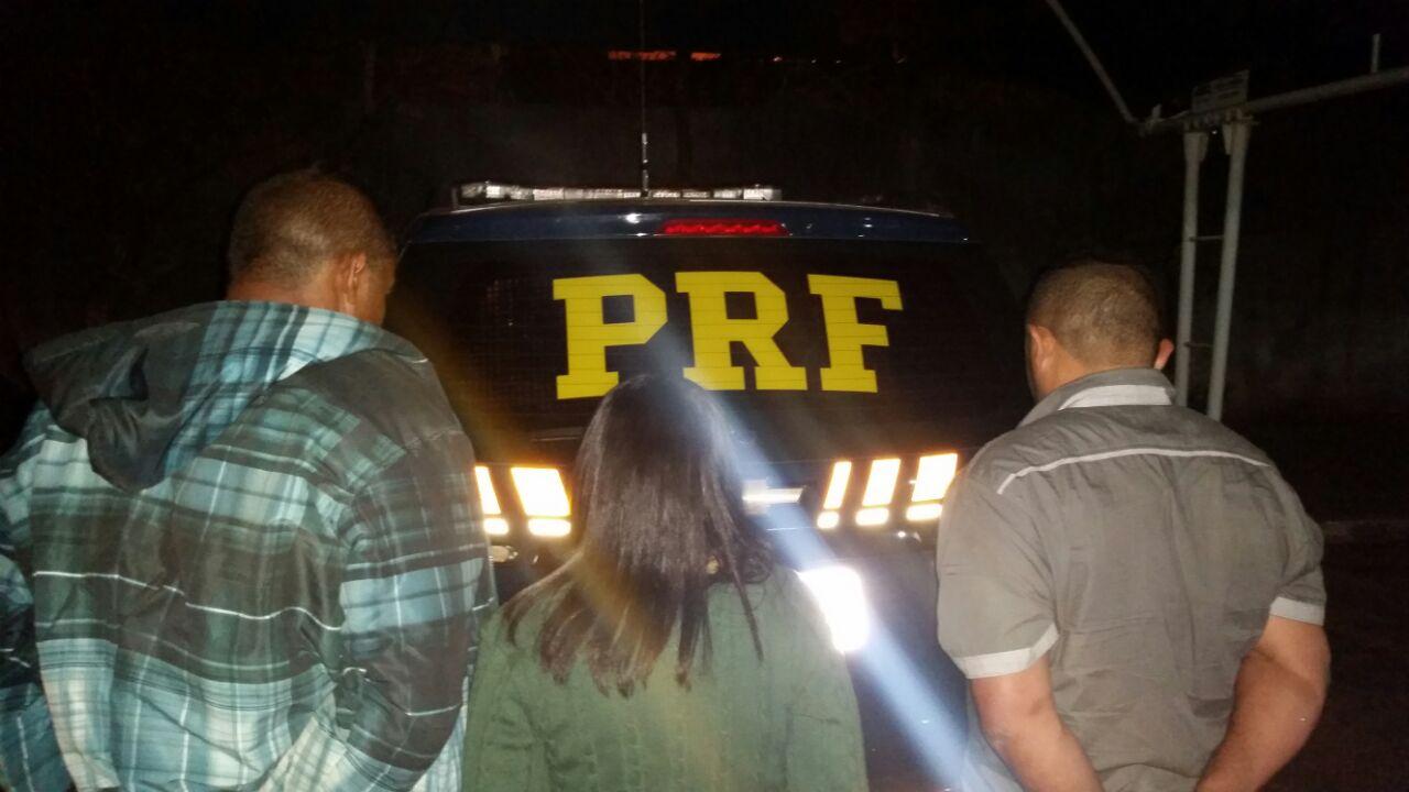 PRF detém trio que levava três revólveres no estepe do carro em Cornélio Procópio (PR)