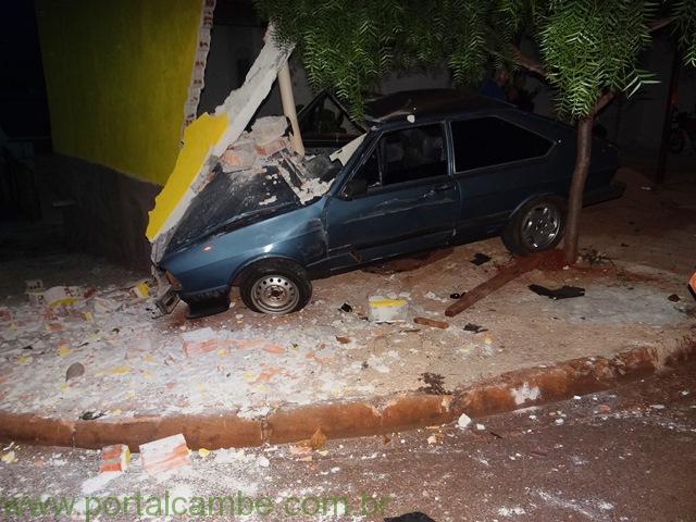 Motorista perde controle e colide veículo com parede de estabelecimento comercial em Cambé