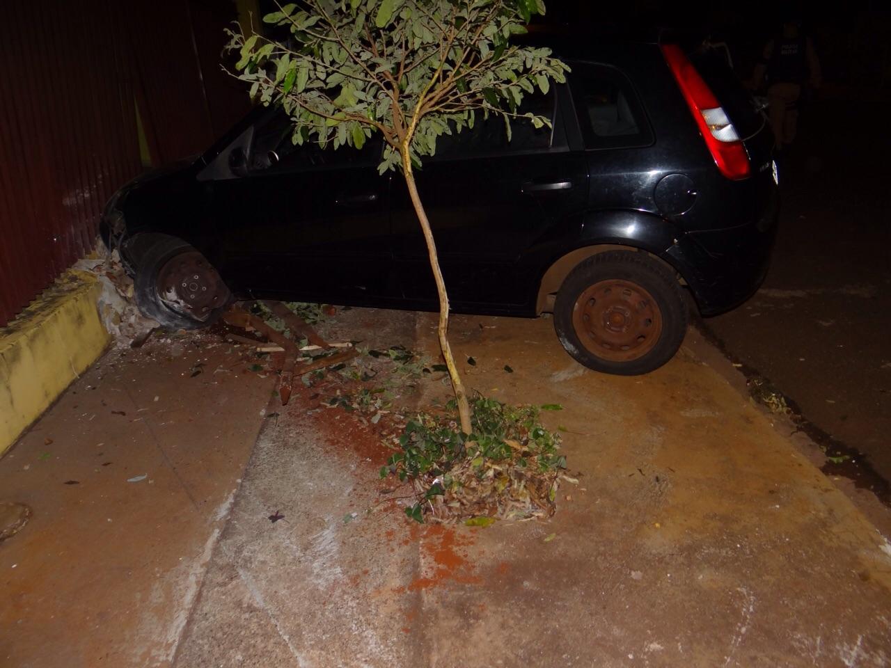 Motorista perde controle do veículo e colide contra grade de muro em Cambé