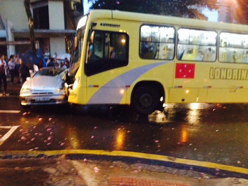 Colisão entre carro e ônibus no centro de Londrina deixa idosa e gestante feridas