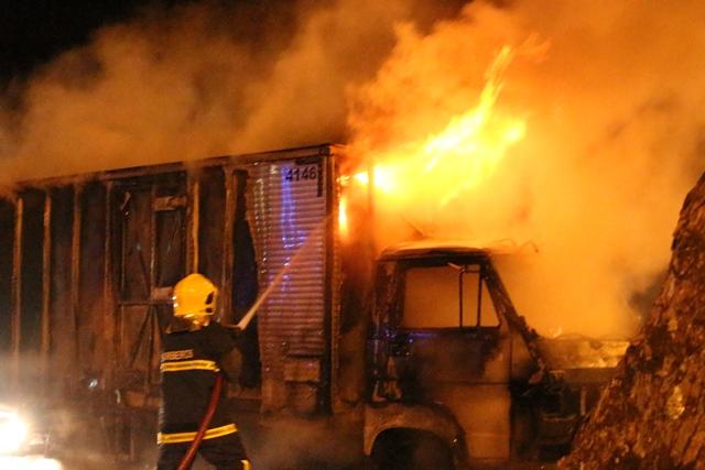 Incêndio em destroi caminhão na BR 369 em Cambé