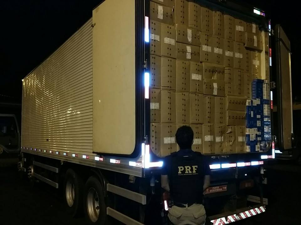 PRF e Receita Federal apreendem 250 mil maços de cigarro contrabandeado
