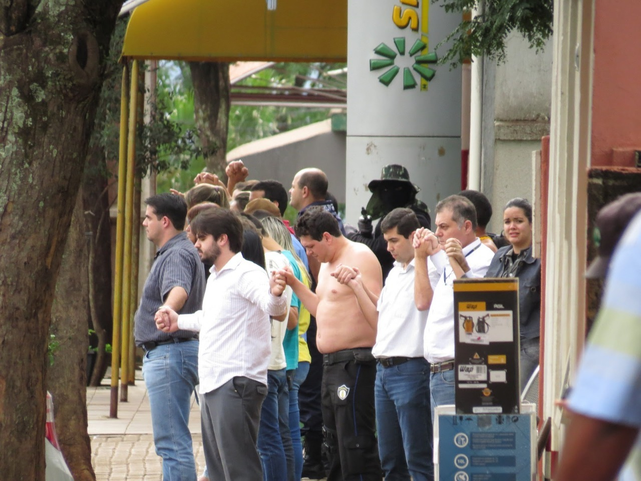 Bandidos fazem 'cordão humano' para roubar bancos no norte do Paraná