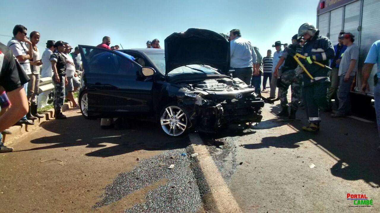 Mulher perde  o controle do veículo e colide contra o anteparo na PR 445 em Cambé