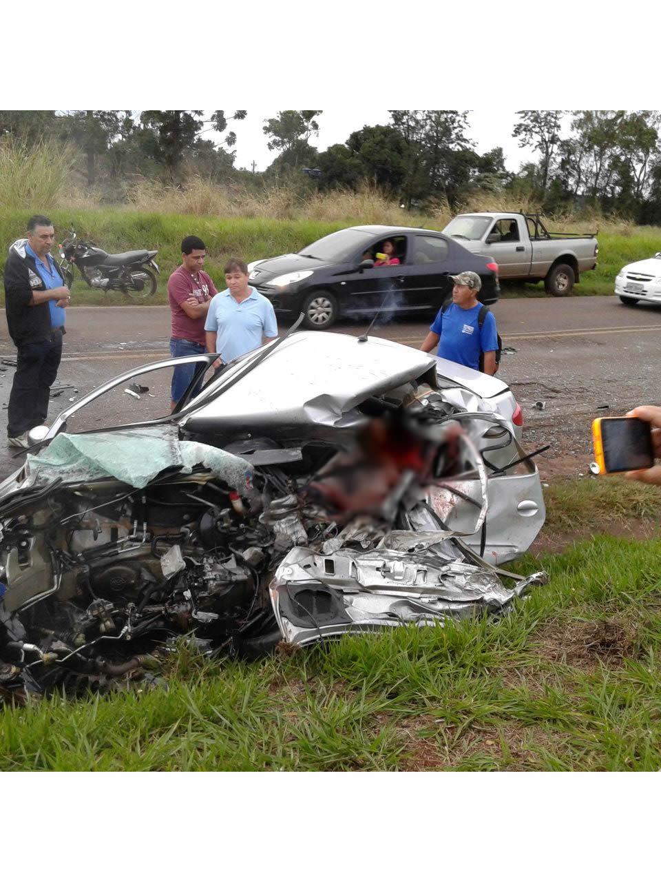 Acidente envolvendo carro e caminhão deixa um morto em Rolândia