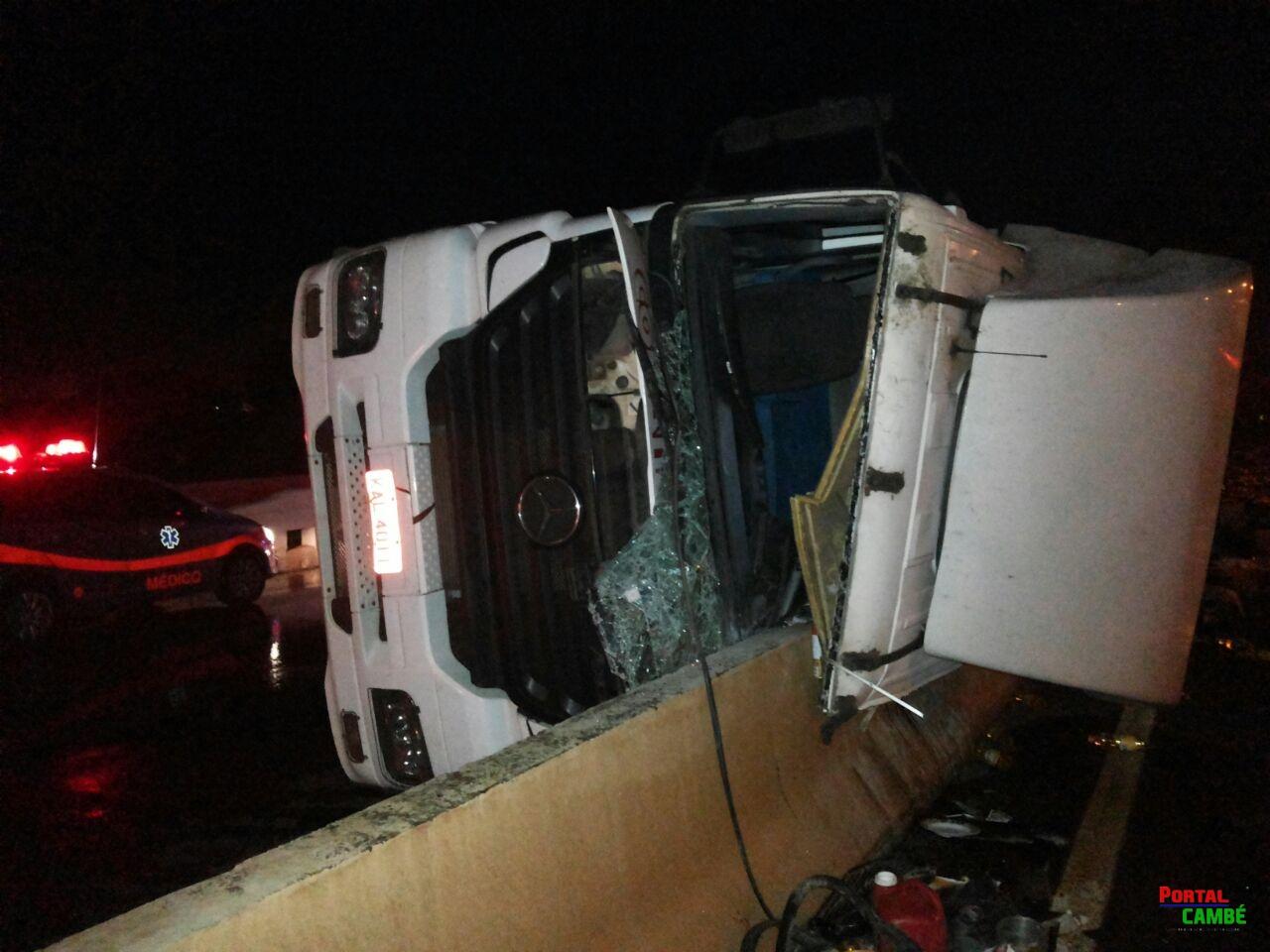 Capotamento de carreta deixa carga esparramada na PR 445 em Cambé