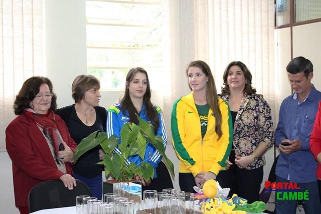 Cambé recebe ginastas campeãs com festa e homenagens