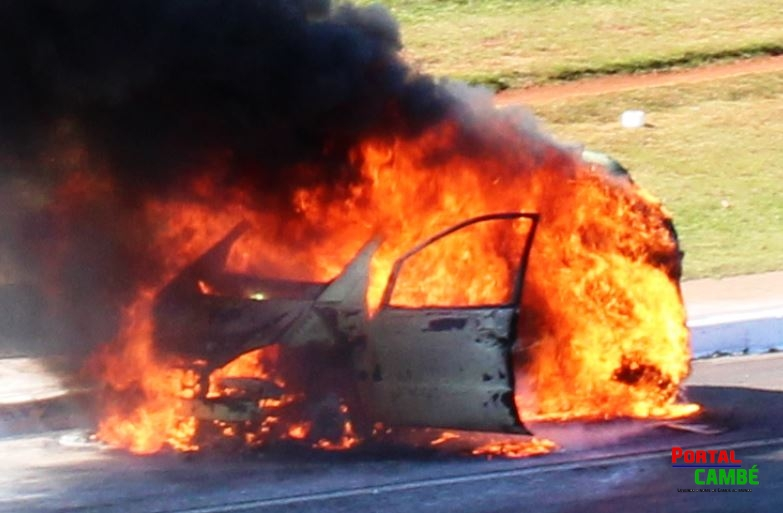 Corpo de Bombeiros de Cambé combate incêndio em veículo na BR 369