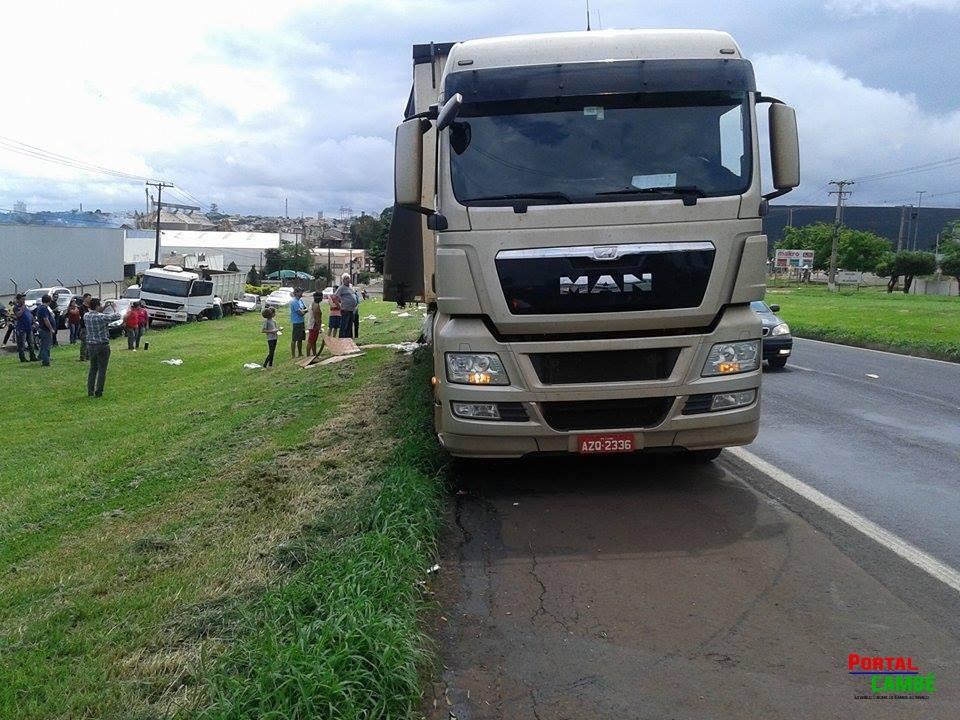 Parte da carga de refrigerante é ejetada de caminhão na BR-369 em Cambé
