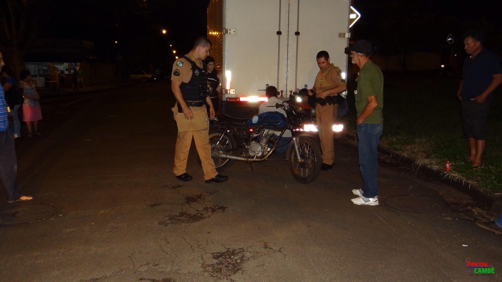 Motociclista colide com caminhão parado no Jardim Santo Amaro em Cambé