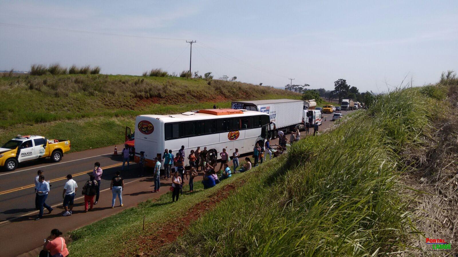 Colisão entre três veículos deixou quatro pessoas feridas na PR 445 em Cambé