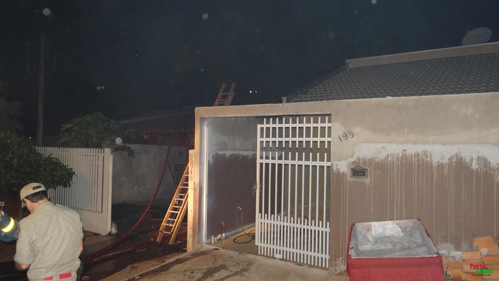 Incêndio destrói metade de casa de alvenaria no Jardim Ecoville em Cambé