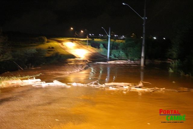 Após chuvas ruas por onde passa o ribeirão Esperaça são interditadas em Cambé