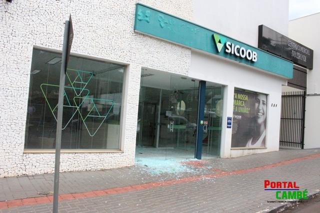 Tentativa de roubo ao Banco Sicob termina com elemento baleado