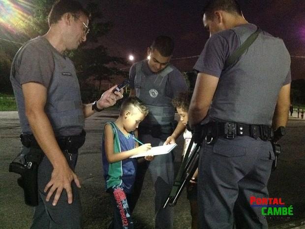 PMs ajudam menino com o dever de casa e foto da ação viraliza na internet