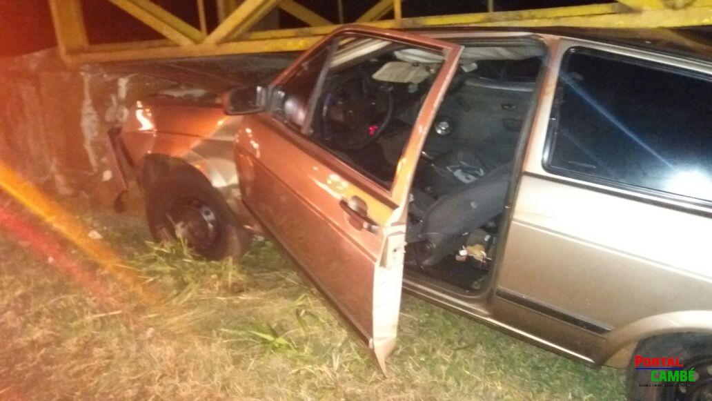 Carro entra debaixo de passarela na BR-369; dois ficam feridos