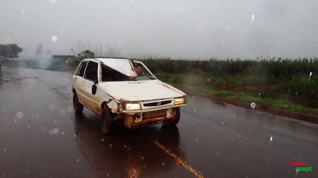 Carro capota na Avenida Saul Elkind próximo a PR-445 em Londrina e deixa 3 feridos