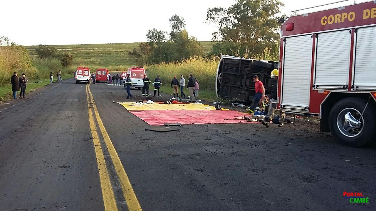Confira as imagens do grave acidente com um ônibus na região de Cambé que deixou três pessoas mortas