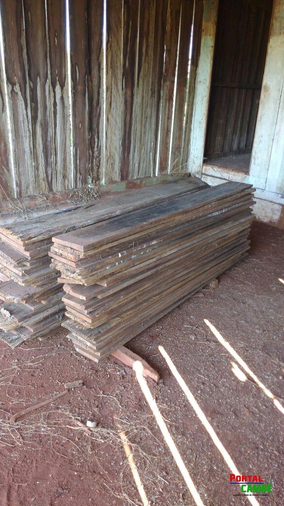 Dois homens são presos furtando madeira de residência em Cambé