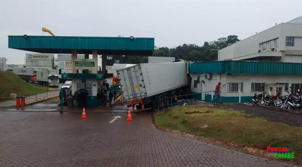 Caminhão invade empresa e atropela funcionários em Cambé