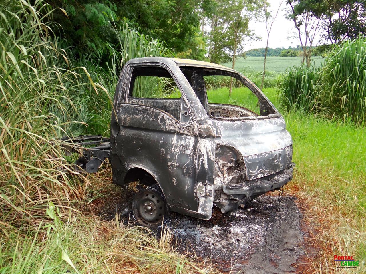 Caminhonete roubada em Curitiba é encontrada carbonizada em área rural de Cambé