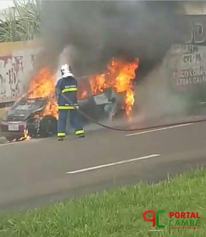 Carro pega fogo na Av. Roberto Conceição em Cambé