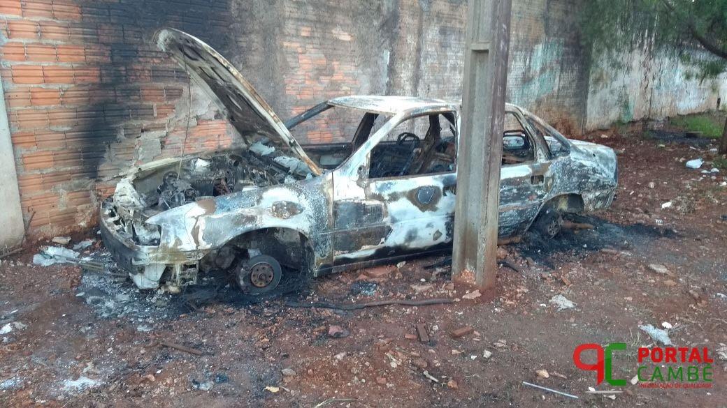 Veículo roubado é encontrado queimado no Jardim Silvino em Cambé