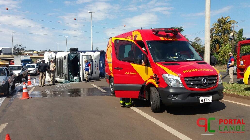 Caminhoneiro fica ferido após caminhão tombar na alça de acesso da PR 445 com a BR 369 em Cambé