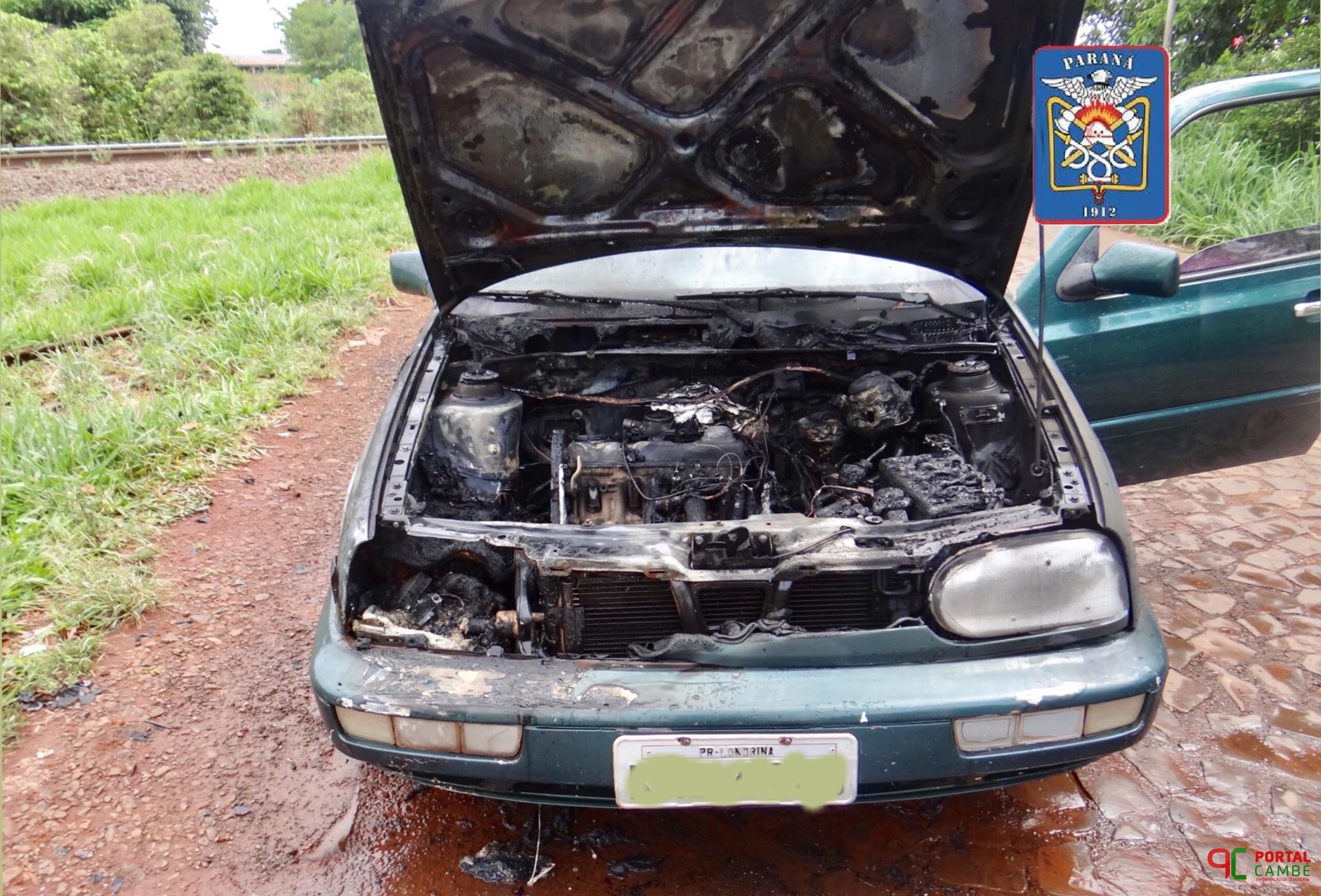 Carro pega fogo atrás do Estádio Municipal José Garbelini em Cambé