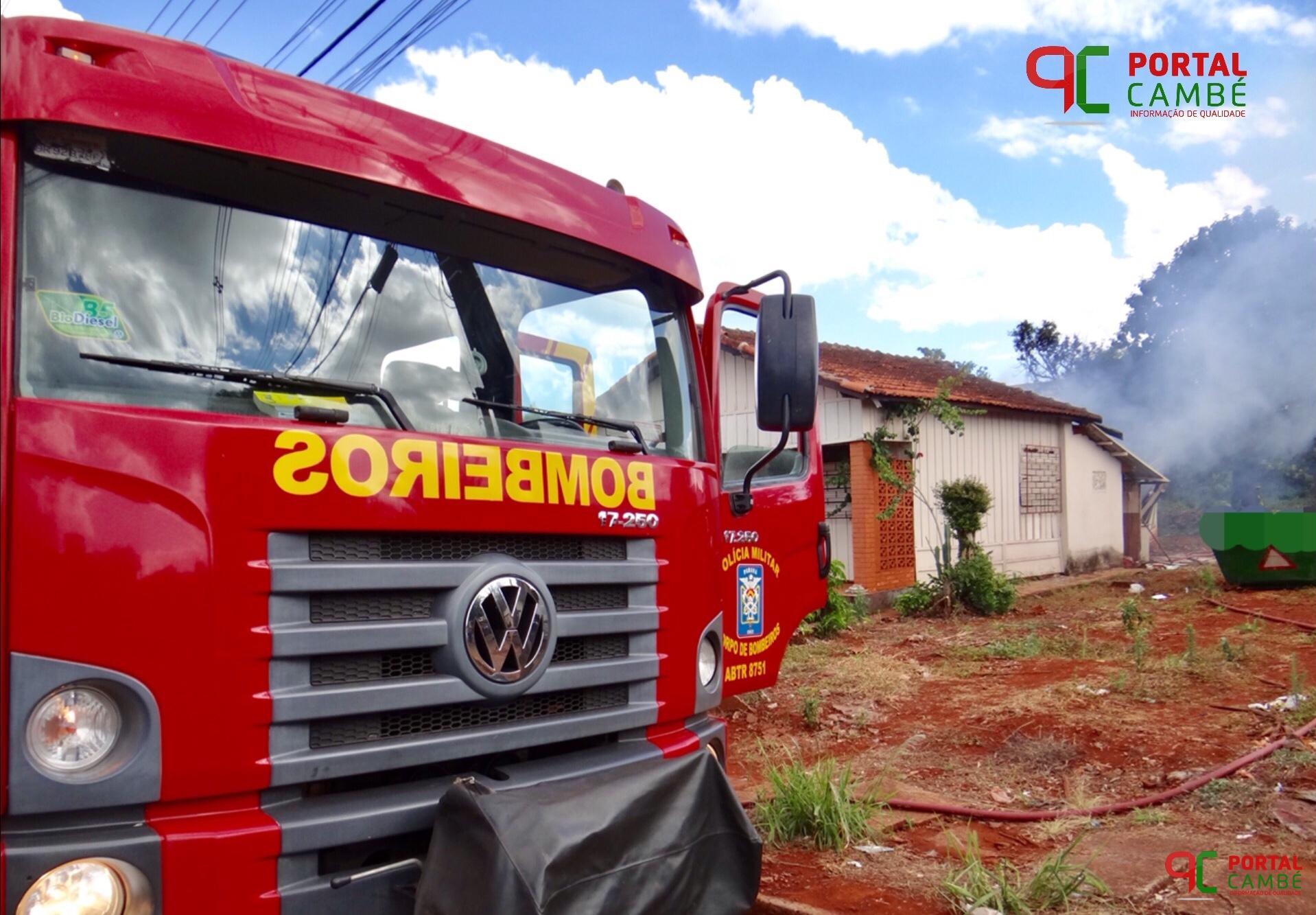 Incêndio destrói parcialmente uma casa abandonada no Centro de Cambé