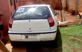 Veículo invade quintal de residência no Conjunto Habitacional Antônio Euthymio Casaroto em Cambé
