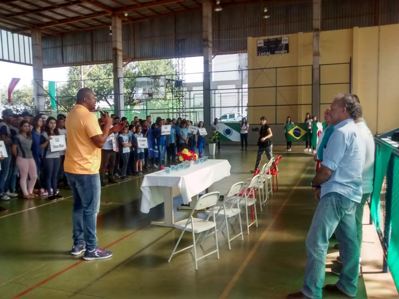 Mais de 300 alunos participam da abertura dos Jogos Estudantis