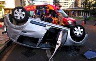Veículo Uber capota e passageira é ejetada após colisão na região central