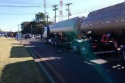 Caminhoneiros bloqueiam trecho da PR 445 em Cambé