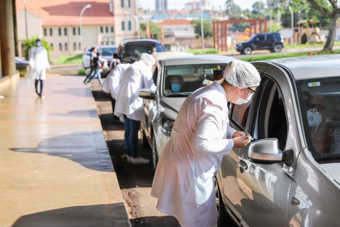 A vacinação foi realizada em formato de drive thru Foto: Zé Luiz Rodrigues/Prefeitura de Cambé
